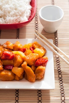 Süß-saures huhn mit paprika und ananas