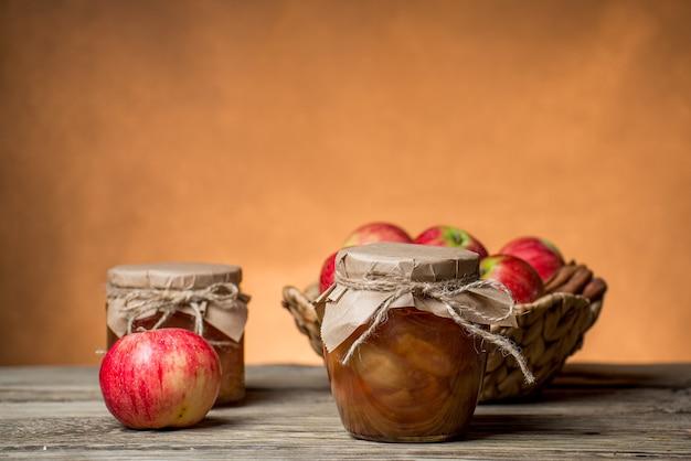 Süße apfelmarmelade in gläsern auf dem tisch
