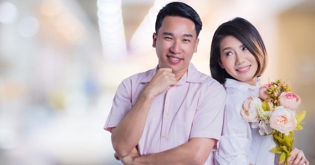 Süße asiatische paare mit glückfamilie und entspannen sich wirkendes porträt auf weißem hintergrund