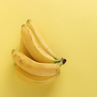 Süße bananen auf knackigem pastellgelb