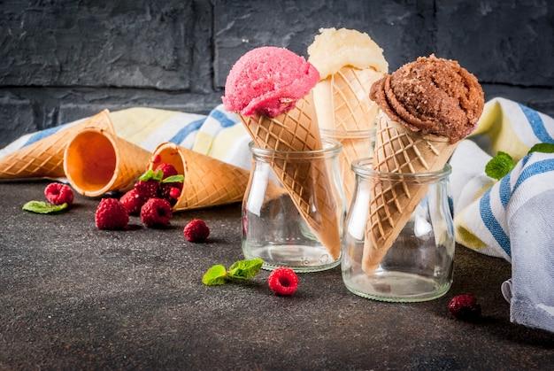 Süße beeren und desserts, verschiedene eissorten in zapfen
