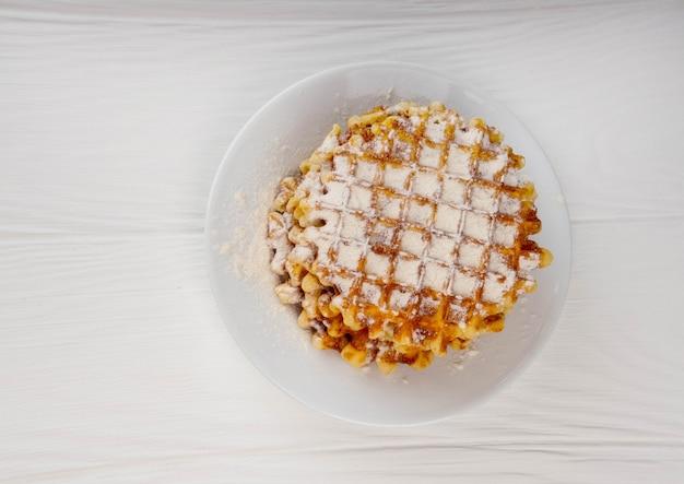 Süße belgische waffeln auf einer platte