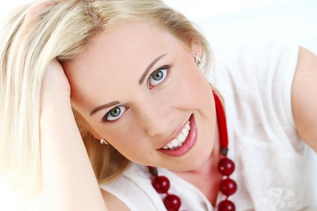 Süße blondine mit breiten lächeln