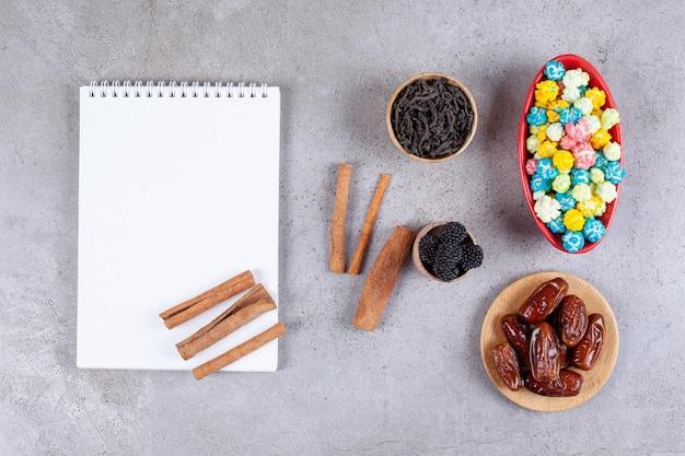 Süße bonbons mit datteln und blatt papier.