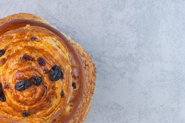 Süße brötchen auf einem türkischen bagel mit sesam auf dem marmor.