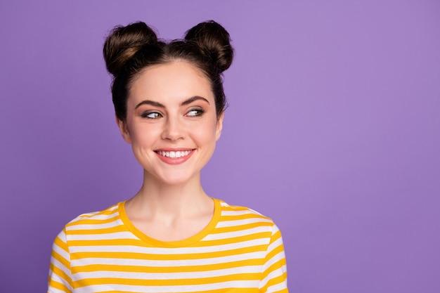 Süße brünette dame mit zwei brötchen top-knot-frisur lächeln sieht leer aus