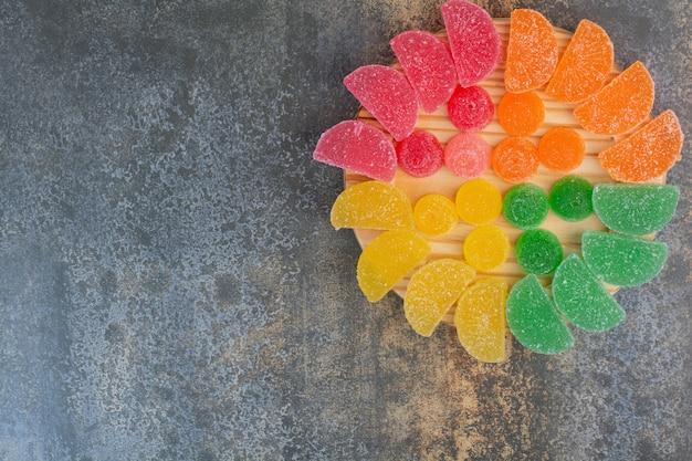 Süße bunte gelee-süßigkeit auf marmorhintergrund