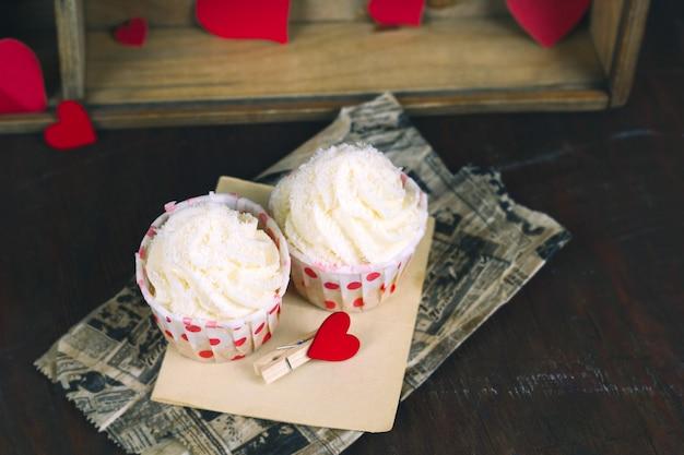 Süße cupcakes mit sahne auf vintage pergament
