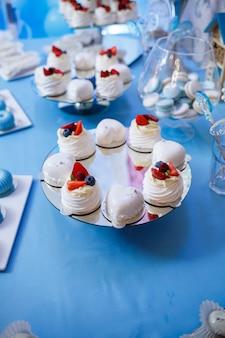 Süße cupcakes und kuchen für eine kinderparty. süßwaren. selektiver fokus