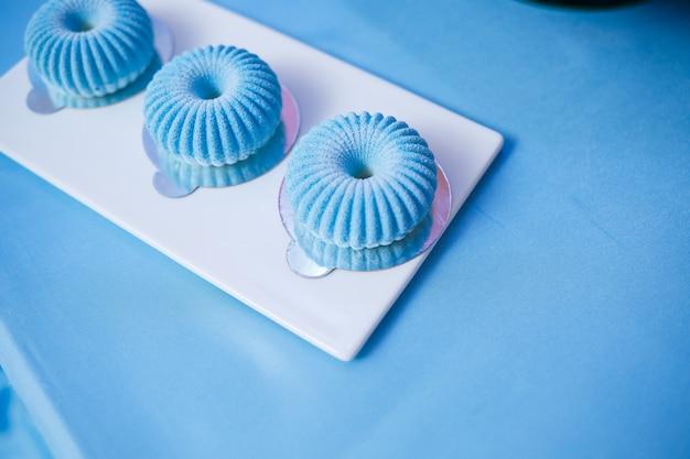 Süße cupcakes und kuchen für eine kinderparty. süßwaren.