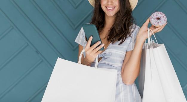 Süße dame in gestreiftem kleid mit grauem smartphone