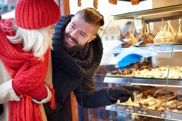 Süße delikatesse auf dem weihnachtsmarkt
