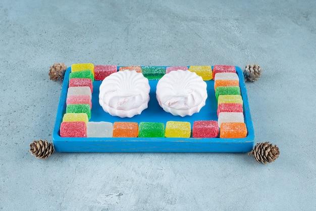 Süße desserts aus weißem zephyr mit fruchtmarmelade.