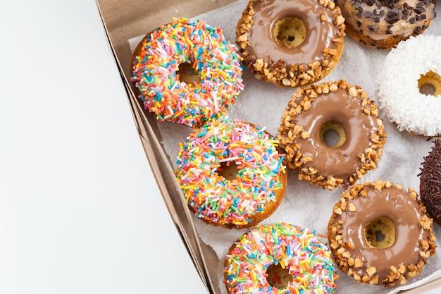 Süße donuts in einer pappschachtel