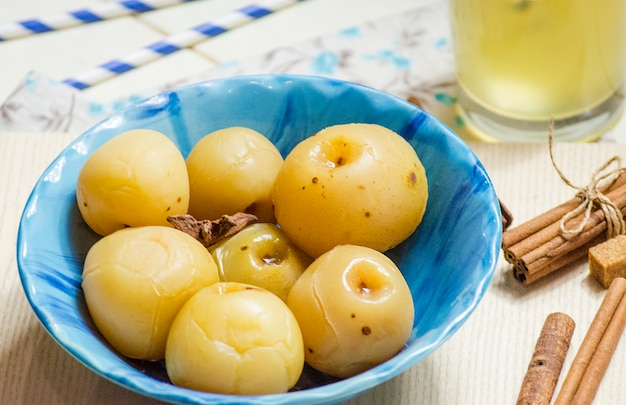 Süße dosenäpfel für den winter im teller