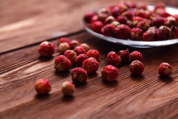 Süße erdbeere auf holz