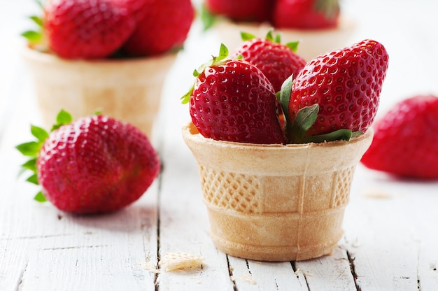 Süße erdbeeren in eistüte