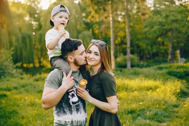 Süße familie in einem park