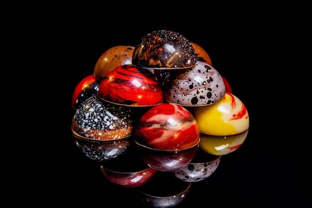 Süße, farbenfrohe, glänzende bonbons und handgemachte pralinen