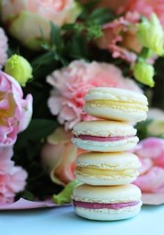 Süße französische macarons mit verschiedenen blumen