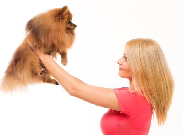 Süße frau mit einem hund