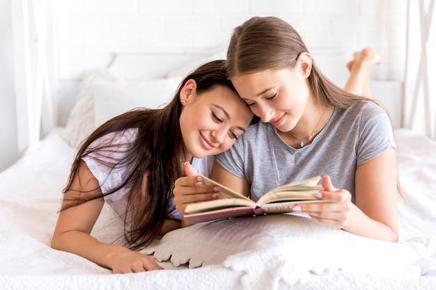 Süße frauen, die zusammen lesen