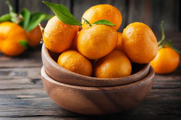 Süße frische mandarine auf dem holztisch