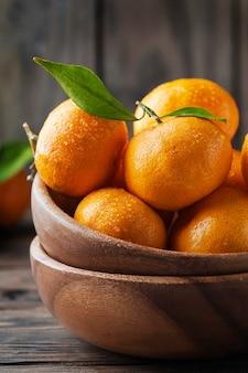Süße frische orangenmandarine auf dem holztisch