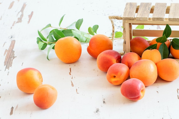 Süße früchte aprikosen in holzkiste