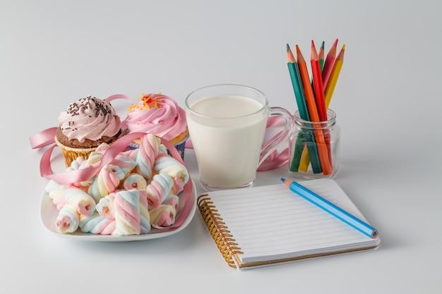 Süße frühstücksdekoration mit milch