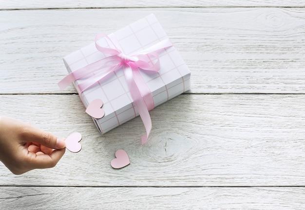Süße geschenkbox mit ausgeschnittenen herzen