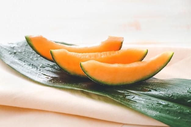 Süße geschnittene reife melone auf dem tisch