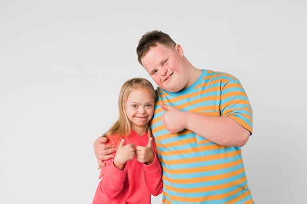 Süße geschwister mit down-syndrom