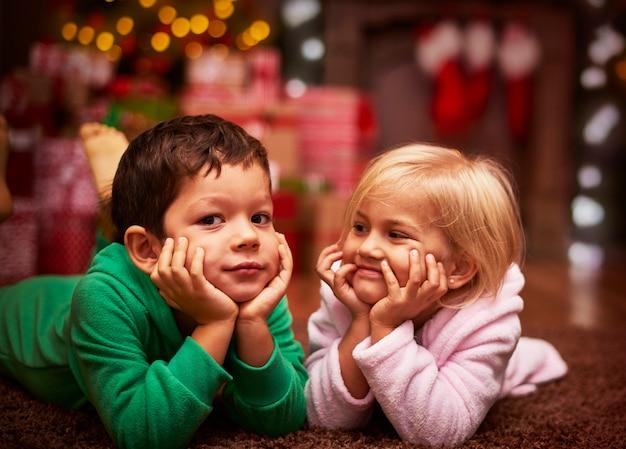 Süße geschwister verbrachten ihre weihnachtszeit zusammen