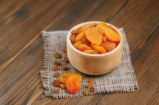 Süße getrocknete aprikosen und rosinen in der schüssel. das konzept ist schwer