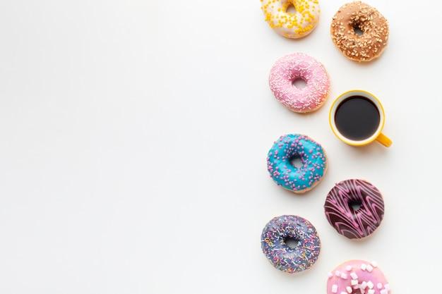 Süße glasierte donuts mit kaffee