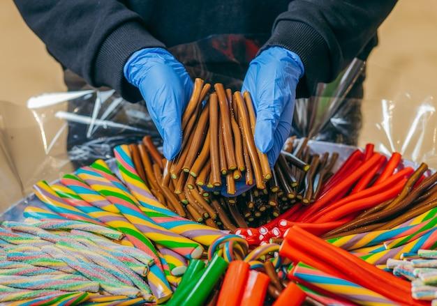 Süße gummiartige mehrfarbige sticks auf einem jahrmarkt