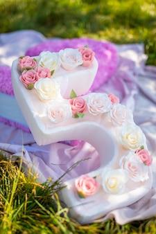 Süße handgemachte dekoration für geburtstagsparty großes papier nummer fünf mit blumen im park