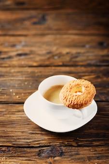 Süße hausgemachte kekse und eine tasse kaffee, selektiver fokus und copyspace