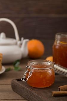 Süße hausgemachte natürliche marmelade im glas
