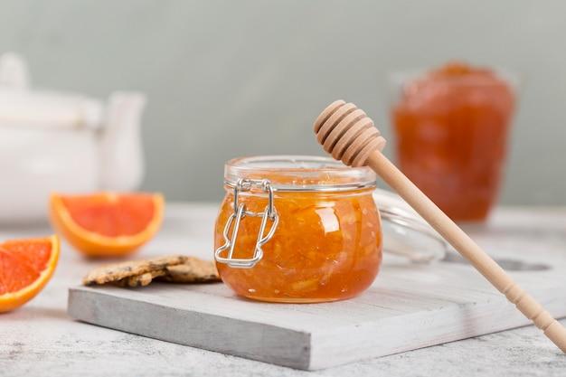 Süße hausgemachte natürliche marmelade und honigschöpflöffel