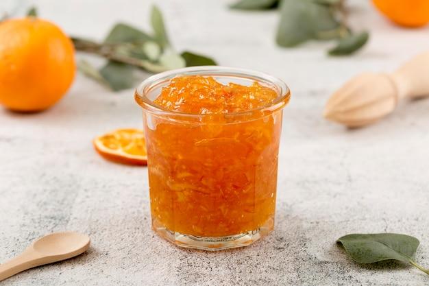 Süße hausgemachte natürliche orangenmarmelade in einem glas