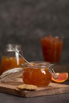 Süße hausgemachte natürliche orangenmarmelade vorderansicht