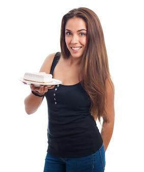 Süße hübsche frau mit einem kuchen