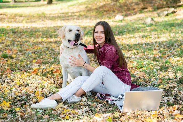 Süße junge frau mit ihrem labrador