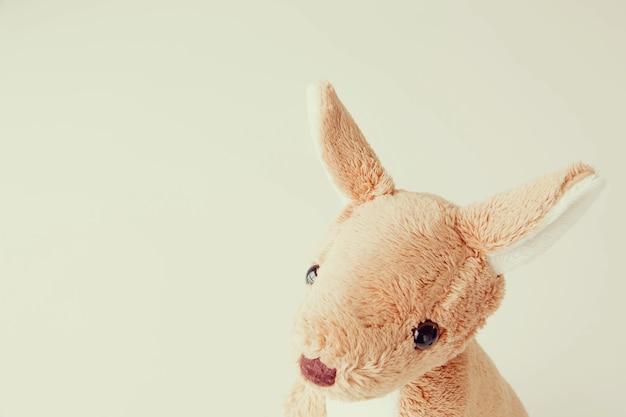 Süße känguru-puppe ist allein im vintage-stil