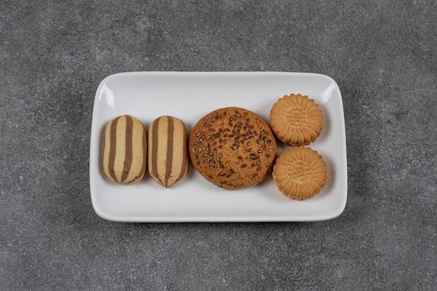 Süße kekse auf dem teller auf der marmoroberfläche