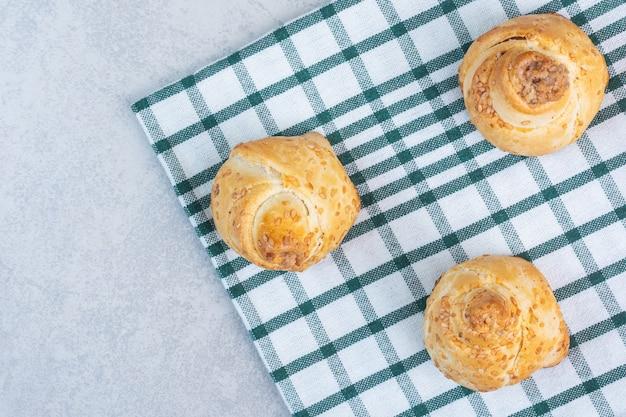 Süße kekse auf einem geschirrtuch, auf dem marmor.