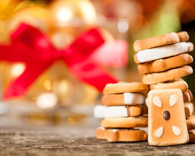 Süße kekse gegen weihnachtsbeleuchtung