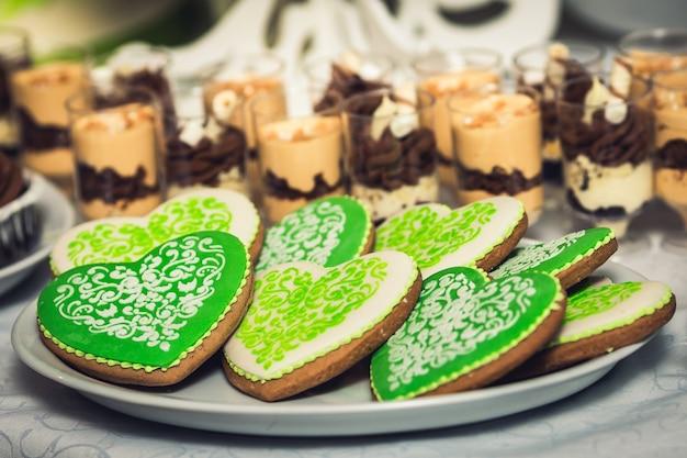 Süße kekse in form von herz und schokoladenmousse in einem glas